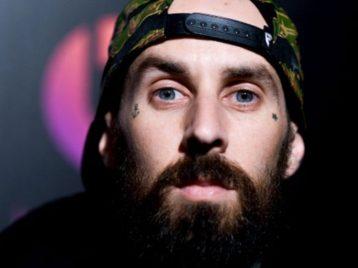 Барабанщик «Blink 182» не полетит с группой на гастроли