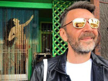 Десятилетию брендреализма посвящается: Сергей Шнуров открывает выставку современного искусства