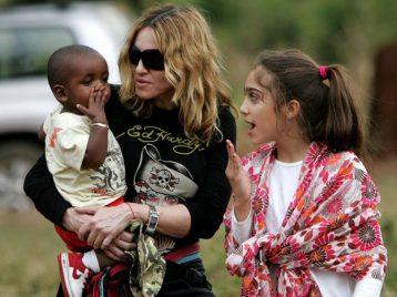 Мадонна удочерила девочек-близняшек из Малави