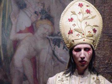 Боже, храни Папу: Мэрилин Мэнсон появится вновом сезоне сериала «Молодой Папа»