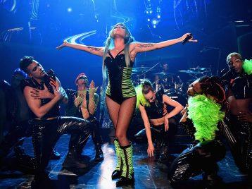 Леди Гага попыталась запрыгнуть наруки кпоклоннику, ноупала сосцены