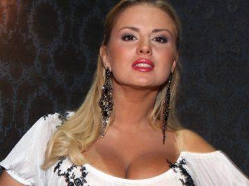 Анну Семенович вывели под руки с шумной пьянки