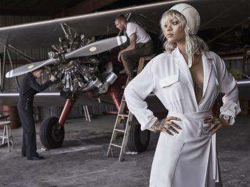 Рианна перевоплотилась в известную летчицу