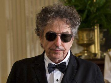 Боб Дилан и Нобелевская премия: лауреат продолжает «чудить»