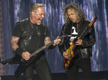 Джеймс Хэтфилд из «Metallica» провалился под сцену