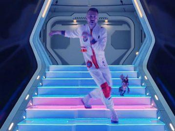Космические танцы, цифровые пришельцы и«Цой»: «Ленинград» сняли новый клип