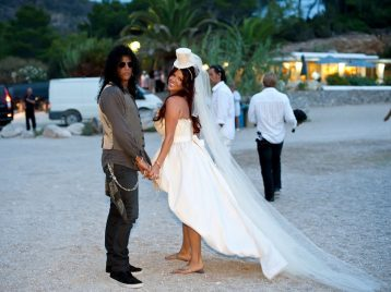 Бывшая жена Слэша из Guns N' Roses выставила на аукцион свадебную фату