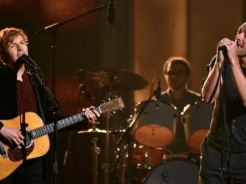 Лузеры, объядиняйтесь: Beck иКрис Мартин изColdpay спели хит дуэтом