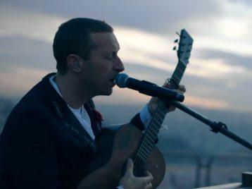 Вновом клипе Coldplay воспевают философию «убунту» иповседневную жизнь
