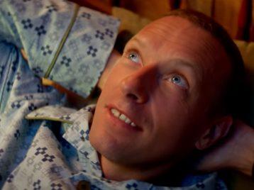 Назад, вдетство: Coldplay показали счастливые игрустные моменты вжизни ребенка