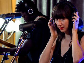 Свет втемные времена: Карен ОиВилли Нельсон перепели песню Under pressure