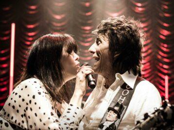 Участники Oasis иRolling stones присоединились кИмельде Мэй вклипе опоцелуях